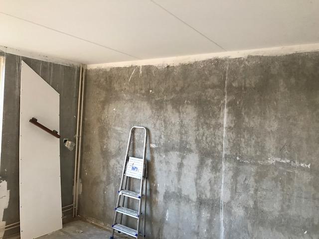 Wanden in de gespachtelputz plafonds gesausd